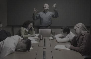 réunion de travail autour d'une table avec 5 personnes