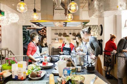 personnes ensemble dans une cuisine préparant un repas