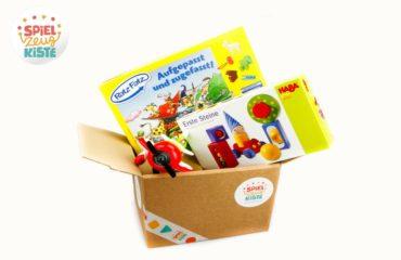 boite en carton avec divers jouets pour enfants