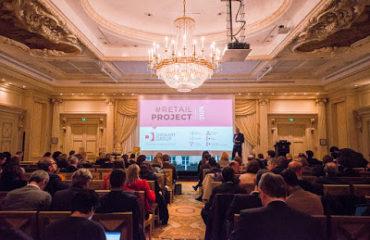 salle de conférence et spectateurs avec écran Retail Project Diamart Group