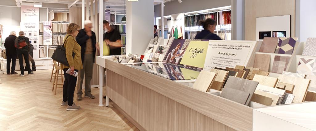 intérieur du magasin Saint Maclou  Nation avec des clients regardant des échantillons de matériaux