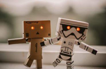 deux petits robots qui se tiennent la main