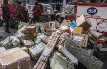 grosse pile de colis dans la rue en Chine