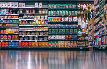 rayon alimentaire grande surface avec produits d'épicerie