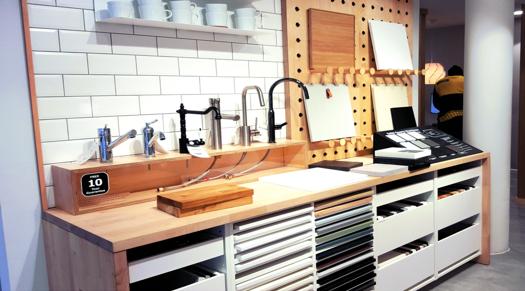 espace cuisine Ikea avec modèles d'exposition de robinets et de plans de travail