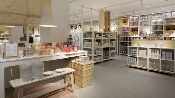 magasin Ikea de centre ville avec articles de décoration en libre service