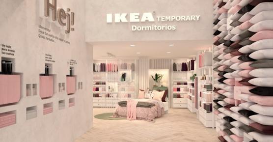 IKEA de centre ville en Espagne, espace dédié à la chambre à coucher avec coussins, couettes, rideaux