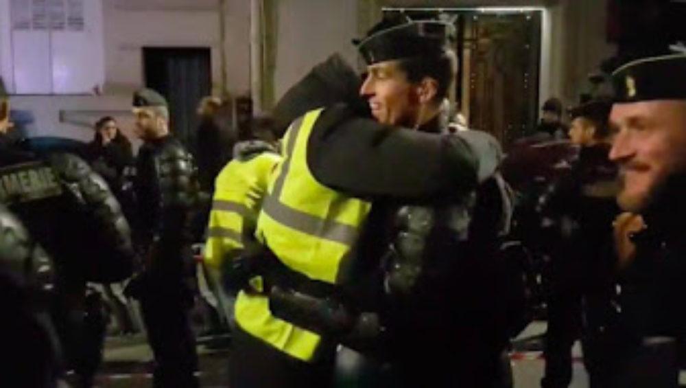 calin policier et homme portant un gilet jaune